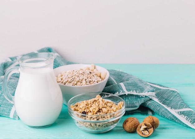 Gesundes lebensmittel zum frühstück auf holztisch Kostenlose Fotos