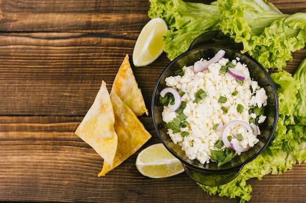 Gesundes mexikanisches lebensmittel der draufsicht mit kopfsalat und zitrone Kostenlose Fotos
