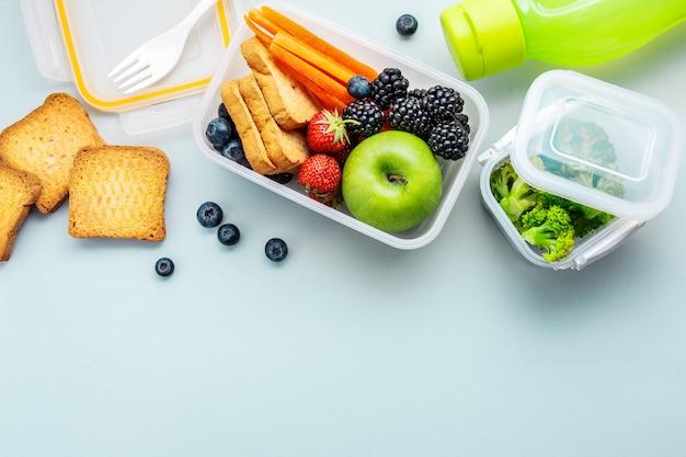 Gesundes mittagessen zum mitnehmen in lunchbox Premium Fotos