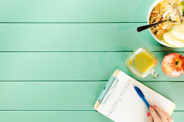 Gesundes nahrungsmittelkonzept mit klemmbrett und copyspace Kostenlose Fotos