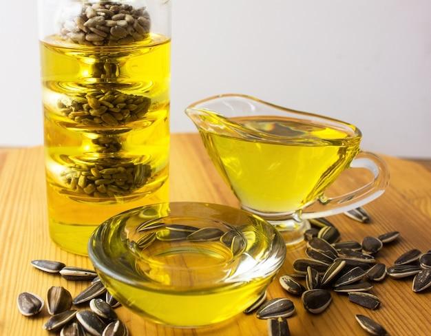 Gesundes öl aus sonnenblumen-, oliven- und rapsöl. speiseöle in der flasche Premium Fotos