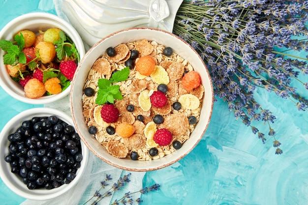 Gesundes vegetarisches frühstück. Premium Fotos