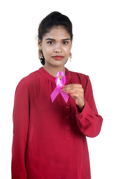 Gesundheits- und medizinkonzept - junge frauenhände, die rosa brustkrebs-bewusstseinsband halten Premium Fotos