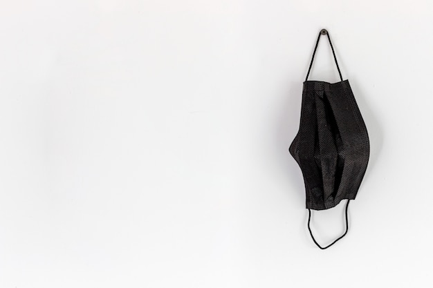 Gesundheitskonzept. schwarze maske auf weißem hintergrund Premium Fotos