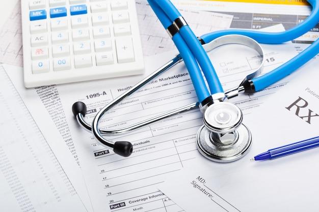 Gesundheitskosten. stethoskop und taschenrechner Premium Fotos