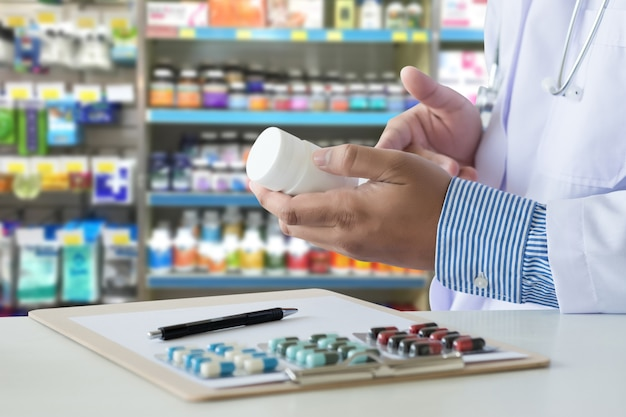 Gesundheitspflege, die am drugstore pack geburtenkontrollepillen-apotheke drogerie hält Premium Fotos