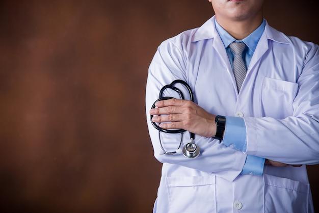 Gesundheitspflegemann, berufsdoktor, der im krankenhausbüro oder in der klinik arbeitet Kostenlose Fotos
