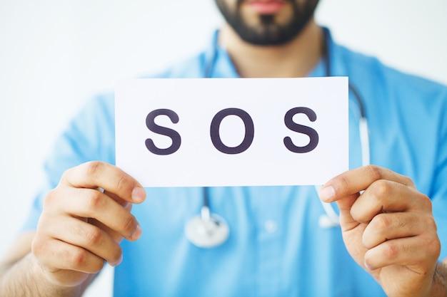 Gesundheitsvorsorge. doktor holding eine karte mit pas, medizinisches konzept Premium Fotos
