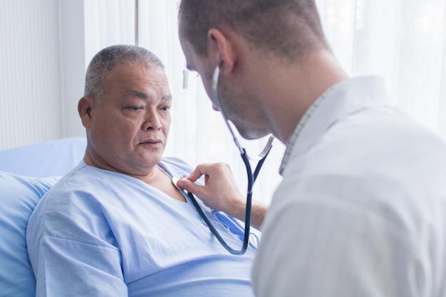 Gesundheitswesen und druckprüfung, arzt verwenden stethoskop zur messung des alten patienten Premium Fotos
