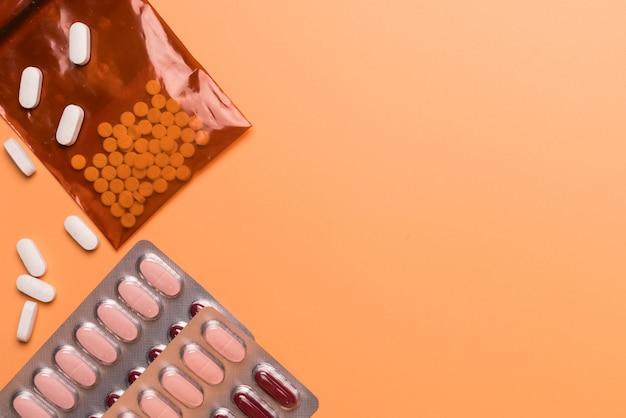 Gesundheitswesen und medizinische konzeptmedizin auf dem orange hintergrund Premium Fotos