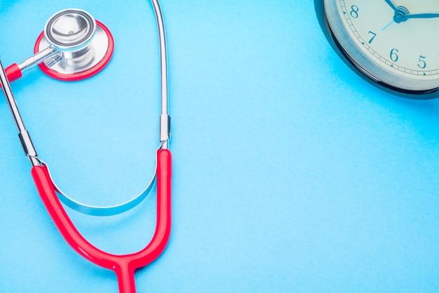 Gesundheitswesen- und medizinstethoskop und rotes herzsymbol gesund und versicherung Premium Fotos