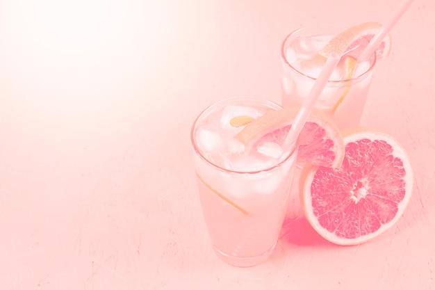 Getränk und pampelmuse der frischen diät des frischen sommers auf rosa hintergrund Kostenlose Fotos