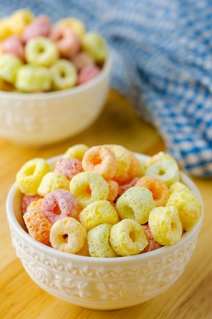 Getreide blättert in der weißen schüssel mit kopienraum, frühstückskonzept ab lebensmittel mit köstlichem fruchtigem geschmack und fruchtigen farben Premium Fotos