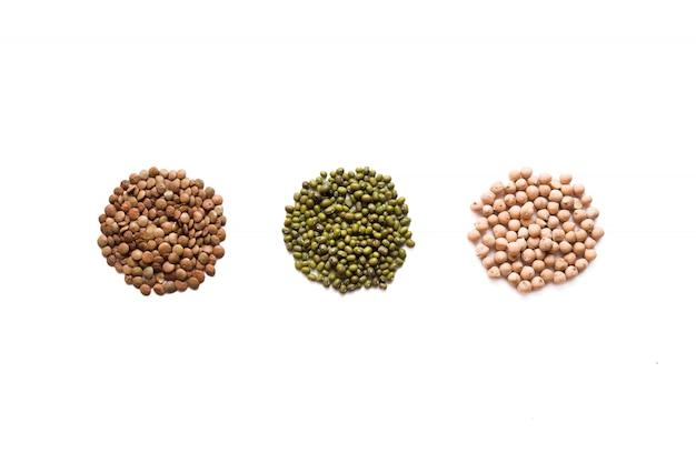 Getreide eingestellt lokalisiert auf weißem hintergrund. flache legezusammensetzung mit verschiedenen getreidesorten Premium Fotos