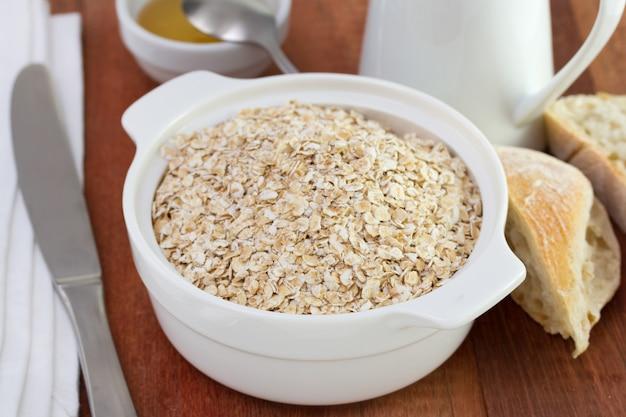 Getreide in der schüssel mit honig und brot Premium Fotos