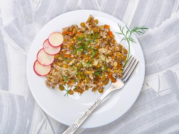 Getreide mit linsen und gemüse auf einem licht Premium Fotos