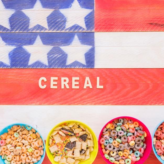Getreideaufschrift mit schüsseln auf heller tabelle Kostenlose Fotos