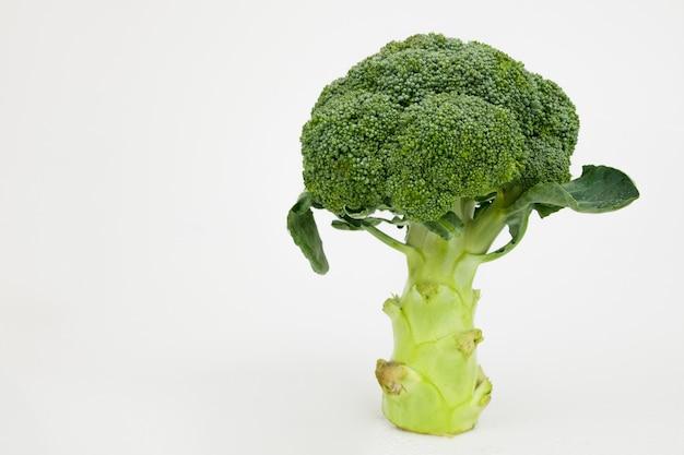 Getrenntes grünes brokkoligemüse auf weiß. gesundes essen. Premium Fotos