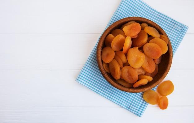 Getrocknete aprikosen auf einem tisch Premium Fotos