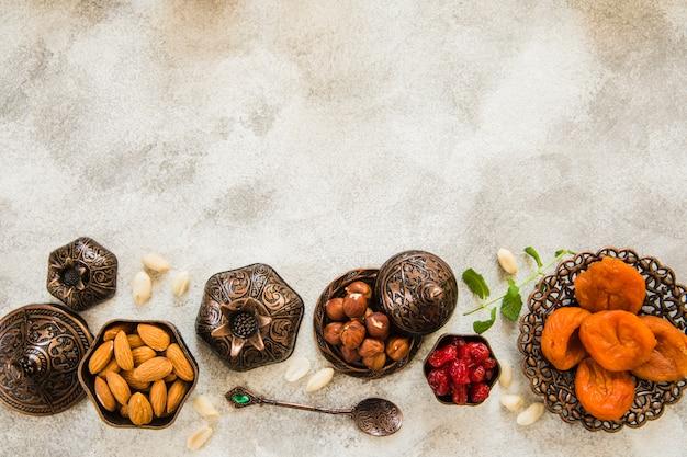 Getrocknete aprikosen mit nüssen auf tabelle Kostenlose Fotos
