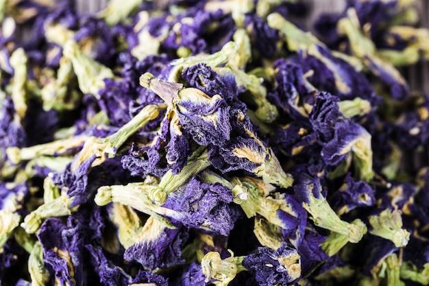 Getrocknete blaue schmetterlingserbsenblumen, gesunder kräutertee, detoxtee Premium Fotos