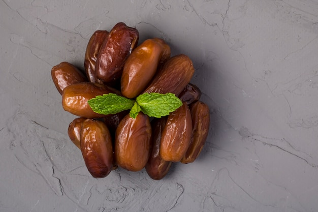 Getrocknete dattelfrüchte oder kurma Premium Fotos