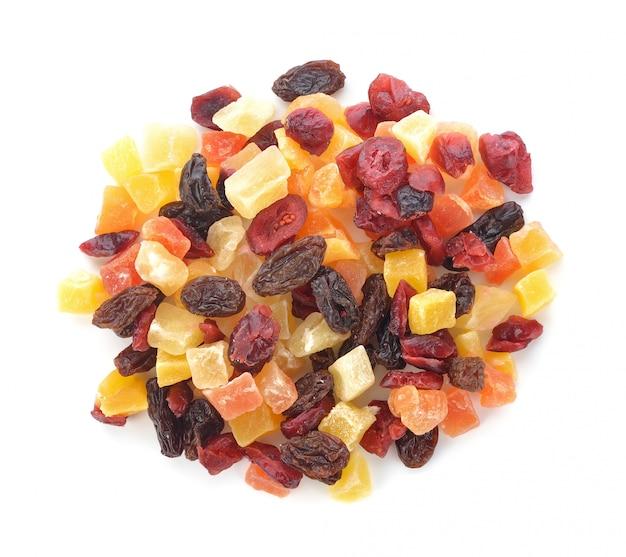 Getrocknete früchte getrennt auf weiß Premium Fotos