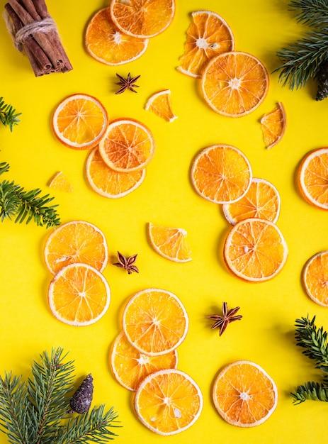 Getrocknete geschnittene orange fruchtbeschaffenheit. food-rahmen. orange weihnachts- oder neujahrskonzept. Premium Fotos