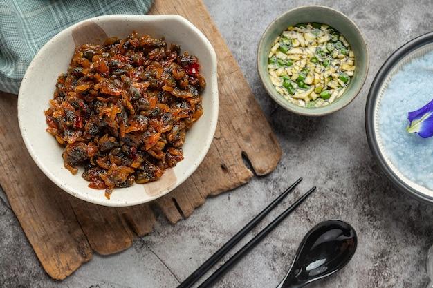 Getrocknete muscheln, serviert mit drei aromatisierten saucen, serviert mit gedämpftem reis asian seafood concept. Kostenlose Fotos