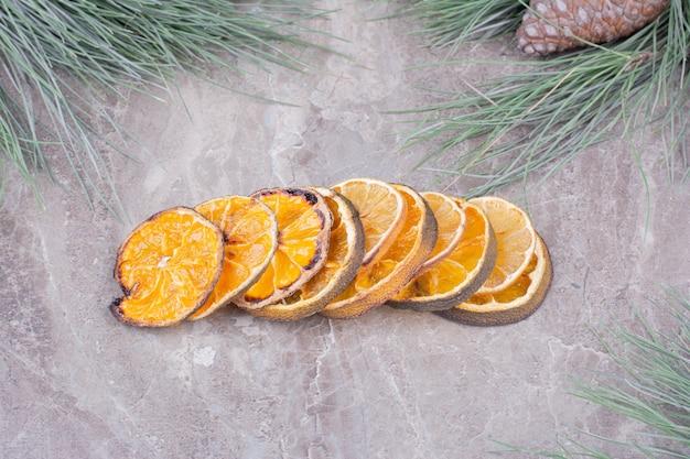 Getrocknete orangenscheiben in einer brühe auf marmoroberfläche Kostenlose Fotos