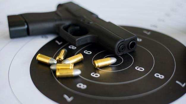 Gewehre mit munition auf papierziel Premium Fotos