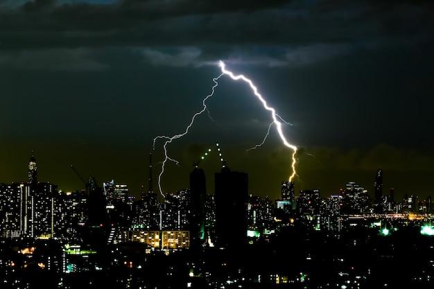 Gewitter in der nacht in der stadt Premium Fotos