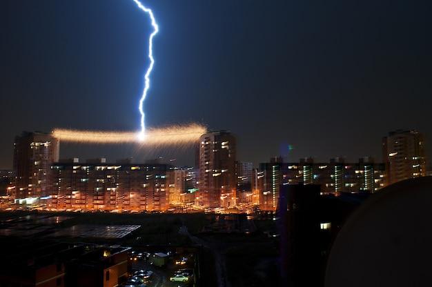 Gewitter in der stadt, blitzschlag in der stromleitung zwischen dem haus Premium Fotos