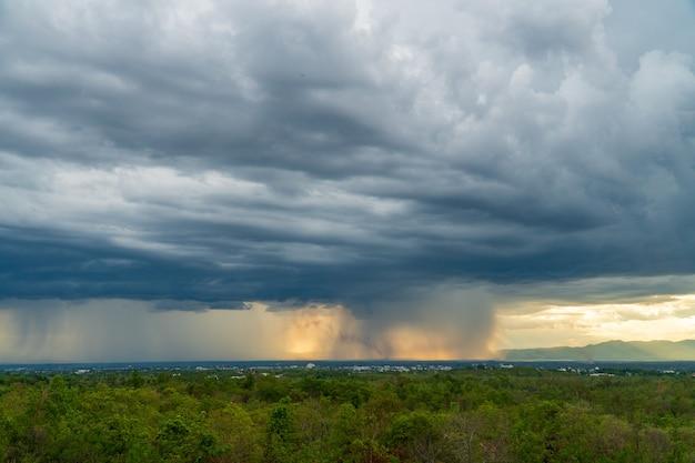 Gewitterwolken mit dem regen. natur umwelt dunkle riesige wolkenhimmel schwarze stürmische wolke Premium Fotos