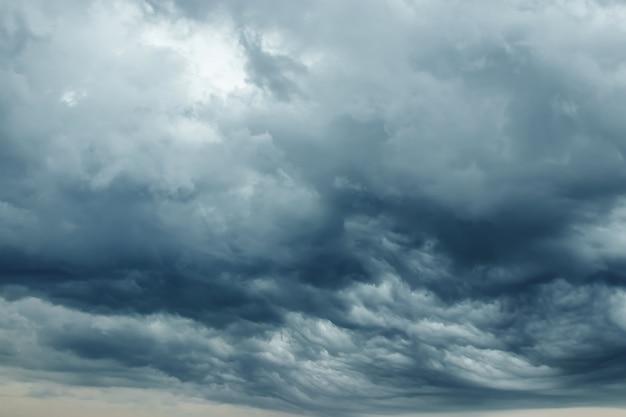 Gewitterwolken mit kontrast zwischen dunkelgrau und weiß Premium Fotos