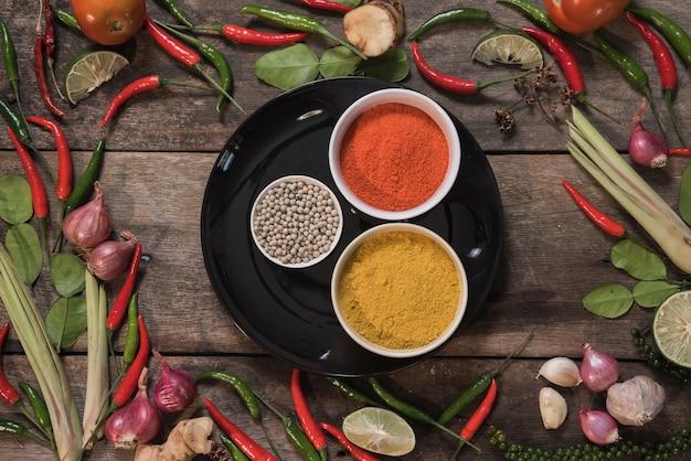 Gewürze mit bestandteilen auf hölzernem hintergrund. asiatisches lebensmittel, gesundes oder kochendes konzept. Premium Fotos