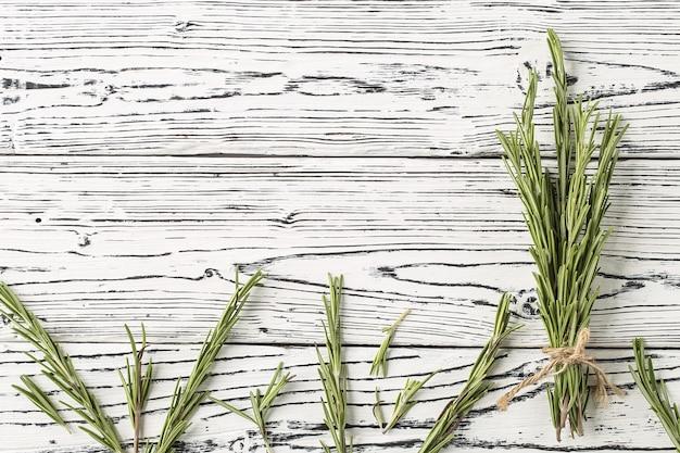 Gewürze und kräuter. hintergrund rosmarin auf einem tisch. Premium Fotos
