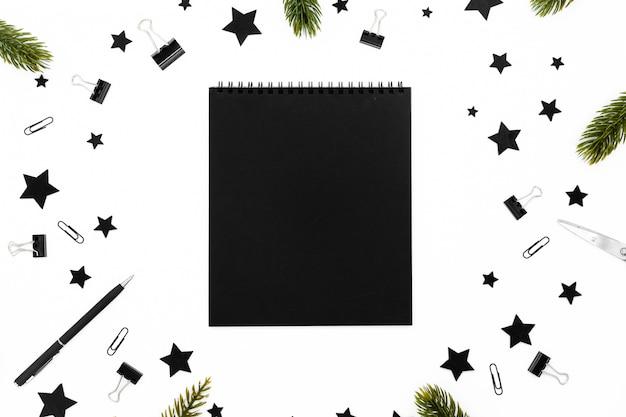 Gewundener leerer weißer notizblock auf festlichem weihnachtshintergrund. Premium Fotos