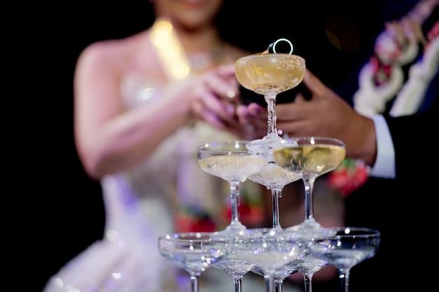 Gießen sie champagner, weinglas, feier, abendessen, weinglas Premium Fotos