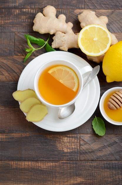 Gingerwurzeltee mit zitrone und honig auf holztisch Premium Fotos