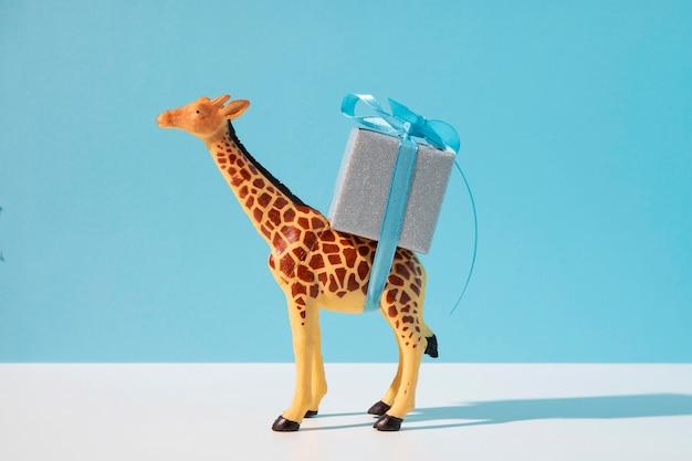 Giraffenspielzeug, das geschenk trägt Kostenlose Fotos