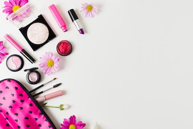 Girly kosmetik nahe bei make-upkasten Premium Fotos