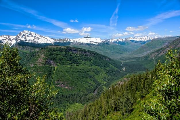 Glacier national park landschaft im sommer mit interessanten wolkenformationen Premium Fotos