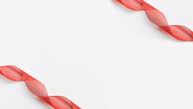 Glänzende rote bänder im hintergrund Kostenlose Fotos