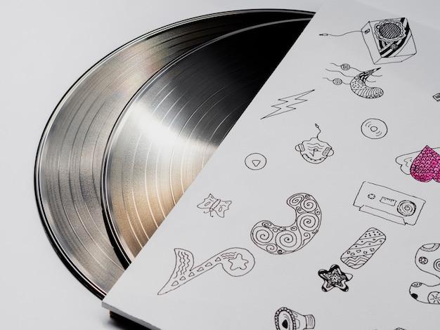 Glänzende schallplatten in ihrem fall reflektieren licht Kostenlose Fotos