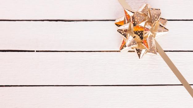 Glänzender geschenkbogen mit band Kostenlose Fotos