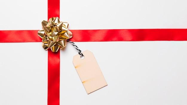 Glänzender geschenkbogen mit seidenband und anhänger Kostenlose Fotos