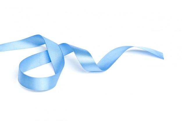 Glänzendes blaues farbband getrennt auf weiß Premium Fotos