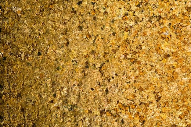 Glänzendes gelbes goldblatt oder schrotte der goldfolienhintergrundbeschaffenheit Premium Fotos