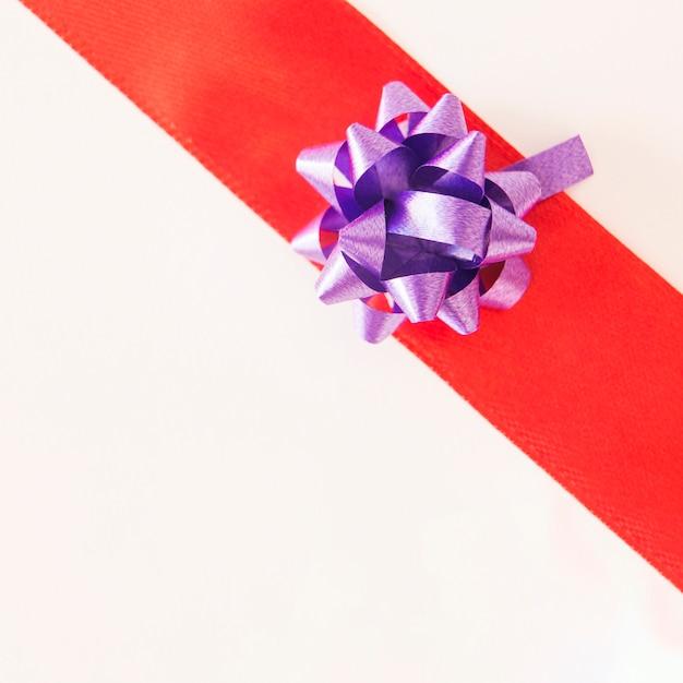 Glänzendes purpurrotes band auf rot gestreift über weißem hintergrund Kostenlose Fotos